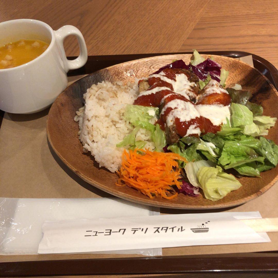 ニューヨークデリスタイル チキンオーバーライス ハーフサイズにスープ